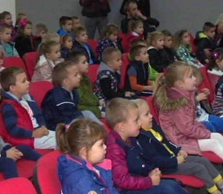 DOBOJ: Mališani iz vrtića uživali u pozorišnoj predstavi (VIDEO)