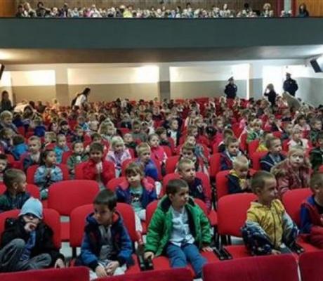 """DOBOJ: Predstava """"Pozorištanca bez adrese"""" za 400 dobojskih mališana"""