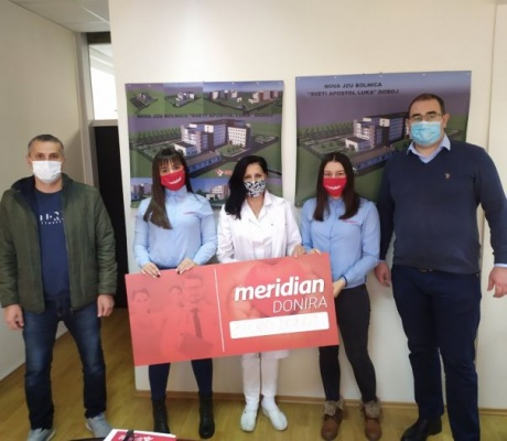 """Kompanija Meridian: Paket pomoći za osvježenje uz zahvalnost uručen zdravstvenim radnicima bolnice """"Sveti Apostol Luka"""" u Doboju"""